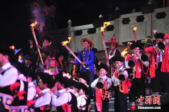 资料图:彝族毕摩进行祭火仪式。 中新社记者 刘冉阳 摄