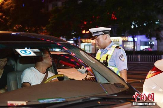 资料图:警方对车辆进行盘查。 汪勇 摄