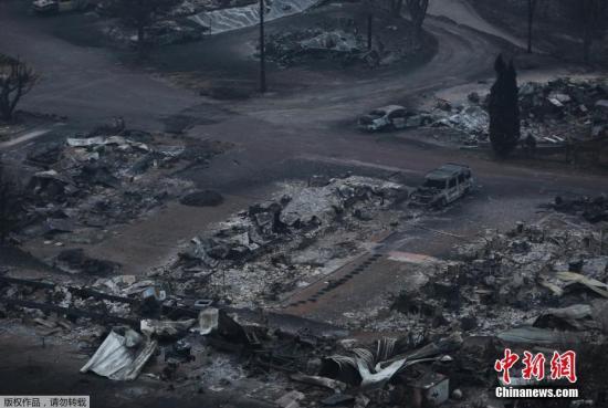 资料图:当地时间7月17日,加拿大不列颠哥伦比亚遭遇山火袭击,停车场过火后一片狼藉。