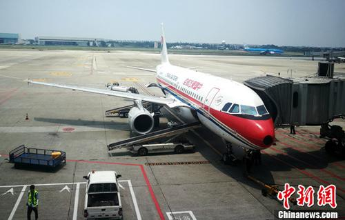 资料图:停机坪上正在上客的客机。 <a target='_blank' href=