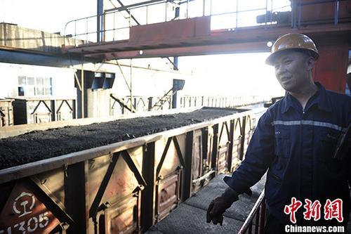 山西汾西煤矿货运站一列满载即将外销煤炭的列车。(资料图片) 中新社记者 韦亮 摄