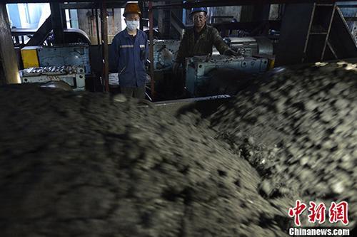山西一小型洗煤厂工人施工作业。(资料图片) <a target='_blank' href='http://www.chinanews.com/' _fcksavedurl='http://www.chinanews.com/'>中新社</a>记者 韦亮 摄