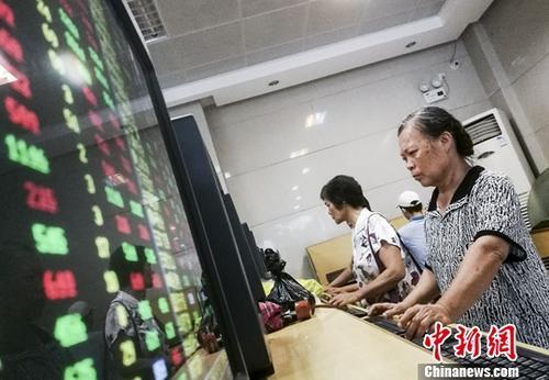7月18日,海口某证券公司营业部内的股民关注股市动态。截至当日收盘,沪指报3187.57点,涨幅0.35%;深成指报10103.76点,涨幅0.48%;创业板报1667.49点,涨幅0.67%。 <a target='_blank' href='http://www.chinanews.com/'>中新社</a>记者 骆云飞 摄