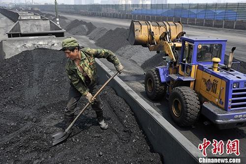 山西煤冰运销站工人将煤冰卸车内销。(材料图) a target='_blank' href='http://www.chinanews.com/'中新社/a记者 韦明 摄
