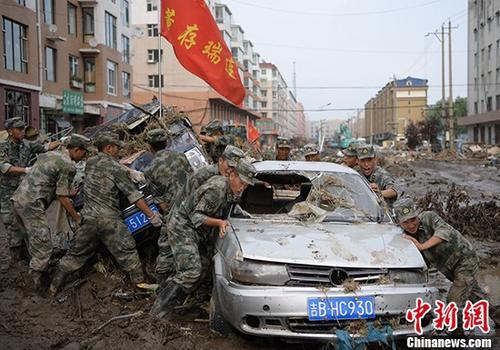 资料图:吉林官兵清理洪灾过后的街道。 中新社发 杨再新 摄