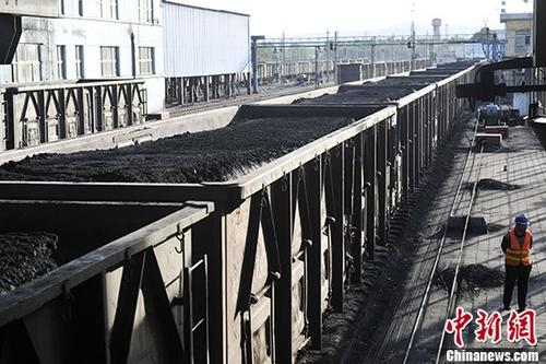 资料图:山西汾西煤矿货运站一列满载即将外销煤炭的列车。中新社记者 韦亮 摄