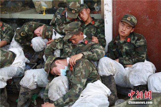 吉林省永吉县7月13日遭遇洪水袭击。洪水过后,县城一片狼藉,为了帮助驻地群众重建家园,武警吉林省总队组织千余名官兵全力开展清淤行动。梁永刚 摄