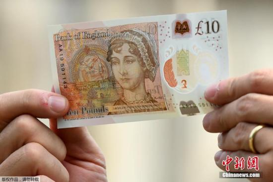 当地时间2017年7月18日,英国温彻斯特,英国央行行长卡尼(Mark Carney)在温彻斯特座堂公布绘有简・奥斯汀肖像的新版10英镑纸钞。2017年是英国著名小说家简・奥斯汀辞世200周年。英国将举办系列活动,纪念这位备受喜爱的女作家,英国央行英格兰银行发行绘有其肖像的10英镑纸钞。