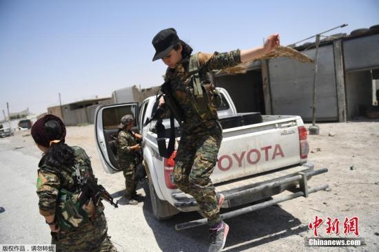 资料图:当地时间2017年7月18日,叙利亚拉卡,妇女保护协会成员前往拉卡前线作战。