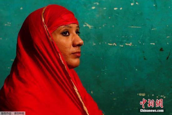 斋月期间,Mehrunnisha换下一袭黑衣,与任何一个印度女人一样,披上头巾在家中祈祷。
