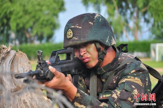 """7月18日,网络媒体国防行活动走进第78集团军某陆战旅,记者参观了特战队员200米障碍训练、崖壁攀登、楼房滑降训练,以及狙击步枪精度射击、多种武器快速射击训练等。据悉,该旅组建以来,有1人被评为全军""""爱军精武标兵"""",2人被原沈阳军区评为""""践行强军目标标兵"""";2人被原沈阳军区评为""""猎人"""",12人创破原沈阳军区纪录;37人被集团军评为特等、优秀狙击手或特战精兵。图为特战队员进行射击训练。<a target='_blank' href='http://www.chinanews.com/' >中新网</a>记者 陈海峰 摄"""