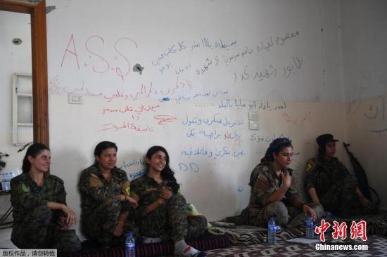 当地时间2017年7月18日,叙利亚拉卡,妇女保护协会成员前往拉卡前线作战。美国支持的叙利亚军事联盟已经占领了拉卡30%的地区。
