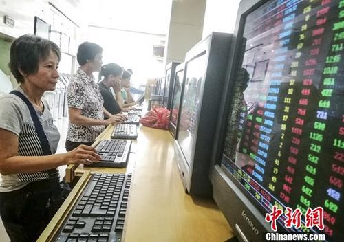 7月19日,海口某证券公司营业部内的股民关注股市动态。截至当日收盘,沪指报3230.98点,涨幅1.36%;深指报10295.57点,涨幅1.90%;创业板指报1684.77点,涨幅1.04%。<a target='_blank' href='http://www-chinanews-com.bagsupplyer.com/'>中新社</a>记者 骆云飞 摄