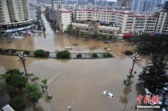 昆明市国贸路段发生积水。 中新社记者 刘冉阳 摄