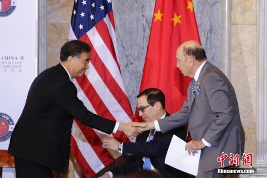 汪洋与罗斯握手。 中新社记者 廖攀 摄
