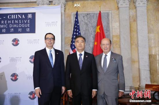 当地时间7月19日,首轮中美全面经济对话在美国华盛顿举行,中国国务院副总理汪洋与美国财长姆努钦、商务部长罗斯共同主持对话。图为汪洋(中)、姆努钦(左)、罗斯(右)会前合影。 中新社记者 廖攀 摄
