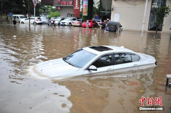 一辆汽车被积水淹没。 <a target='_blank' href='http://www.chinanews.com/'>中新社</a>记者 刘冉阳 摄