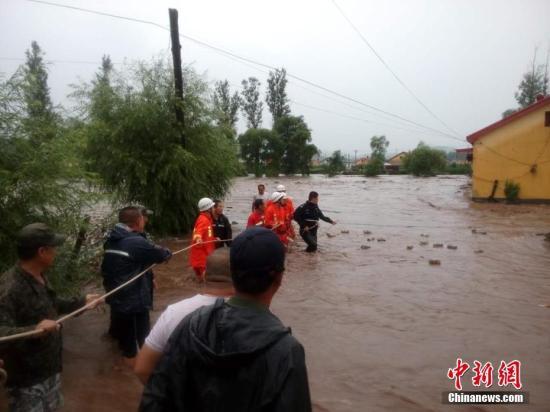 黑龙江气象部门19日发布了今年首个局地暴雨红色预警,该省省会哈尔滨东部、牡丹江地区出现暴雨天气。中新社记者 钟欣 摄