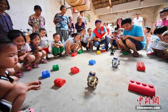 资料图:志愿者参加关爱留守儿童公益活动。周亮 摄