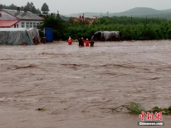 中新网记者7月20日凌晨从黑龙江省尚志市苇河林业局获悉,该地区从19日6:30开始出现降雨,截止19日17:00时降雨量已达120毫米,降雨导致部分林场、村庄出现积水,部分房屋被冲毁,其中柳山林场、榆林林场、冲河林场周边道路被冲毁,电力和通讯中断,目前相关救援工作正在进行中。图为救援现场。中新社记者 钟欣 摄