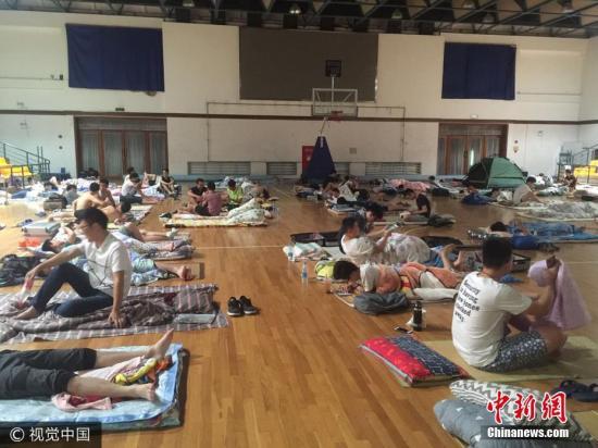 2017年7月19日晚21时许,上海天气弥漫着闷热的气息,室外温度达到了36度。上海师范大学徐汇校区为暑假留校大学生开放体育馆过夜避暑,中央空调全线开启,室温在25.6℃。据了解,大学生只需自备床褥、携带学生证、身份证等证件,经过相应负责人的检验后,即可入住上海师范大学徐汇校区体育馆。为了便于管理,男女大学生分为不同区域入住,体育馆内仅百名男大学生入住。 胡朔 摄 图片来源:视觉中国