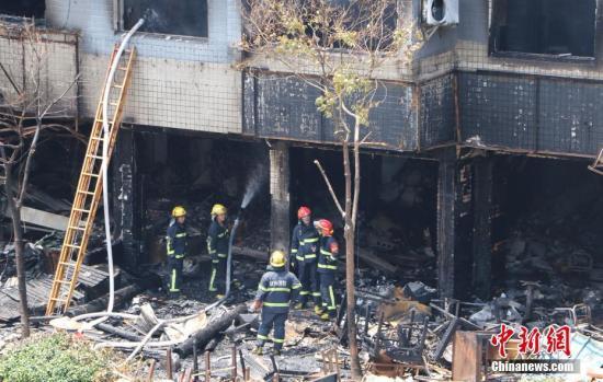 图为当地消防官兵正在爆炸现场进行救援。 王刚 摄