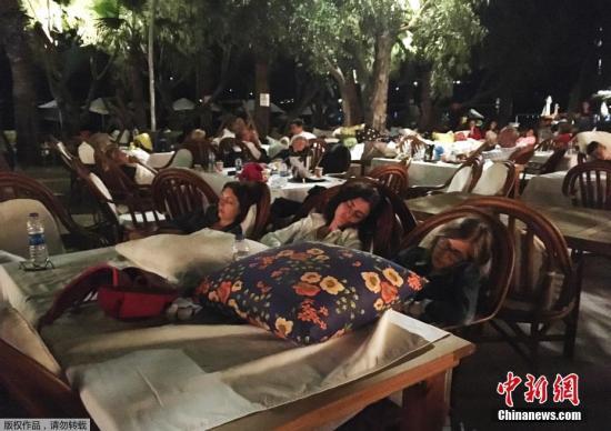 据美国地质勘探局网站消息,北京时间7月21日6时31分左右,土耳其西南部城市博德鲁姆附近的爱琴海海域发生里氏6.7级地震。图为土耳其博德鲁姆一处度假村中,民众到室外避难。