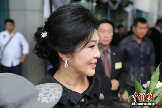 7月21日,泰国前总理英拉就大米收购案再次出庭,大批支持者聚集在法院门前献花声援。当天是泰国最高法院就大米案举行的最后一次庭审,案件预计将于8月下旬最终宣判。如果罪名成立,英拉有可能面临最高10年的监禁。中新社记者 王国安 摄