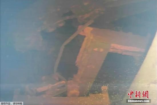 资料图:2017年,东京电力公司公布了首次使用水下机器人,拍摄到的福岛第一核电站3号机组内的具体状况。东电分析称,核残渣很可能流到了安全壳底部。(视频截图)