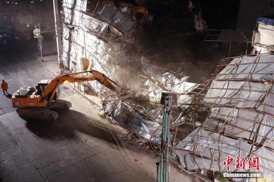 上海嘉定一楼房拆除时倒塌殃及旁楼