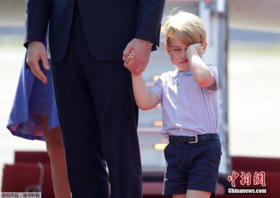 资料图片:德国柏林,英国威廉王子(Prince William)携凯特王妃(Kate Middleton)以及他们的孩子乔治小王子、夏洛特小公主抵达德国进行访问。乔治小王子牵着爸爸的手,看起来睡意朦胧,不停揉眼;夏洛特小公主则是把一张小脸埋进手里的花束,猛闻花香,可爱的模样萌化人心。