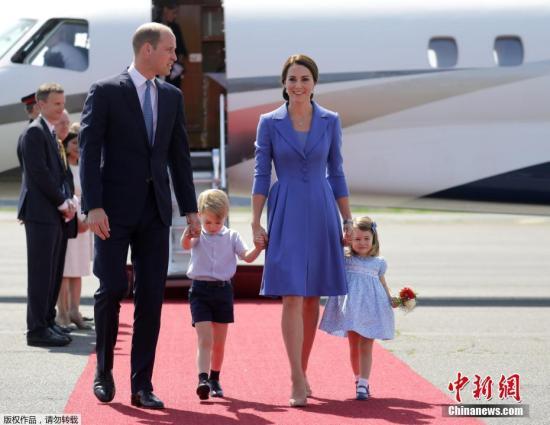 资料图:2019-07-22,德国柏林,英国威廉王子(Prince William)携凯特王妃(Kate Middleton)以及他们的孩子乔治小王子、夏洛特小公主抵达德国进行访问。