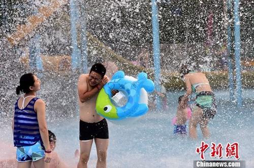 7月21日,民众在水上乐园参加水上项目。近日,安徽连续迎来高温天气,民众纷纷用各种方式避暑觅清凉。 中新社记者 韩苏原 摄