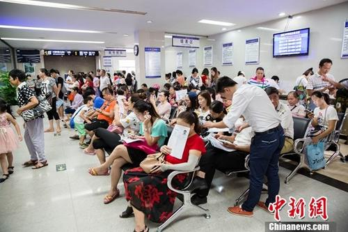 资料图:市民在公安局出入境办证大厅。中新社记者 刘梦璇 摄