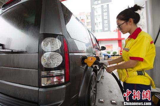 资料图:山西太原,私家车正在加油站加油。张云 摄