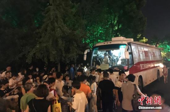 7月21日,浙江省杭州市西湖区一商铺发生液化气爆燃事故,造成2人遇难,当地6家医院接收伤者45名。事发后,当地血液库存亟待陆续补充,为了抢救伤员,杭州市民冒着高温,连夜踊跃献血。图为杭州一流动献血车附近挤满前来献血的民众。张斌 摄