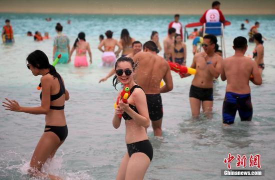 """7月22日正值大暑节气,山东蓬莱一家水上乐园现""""比基尼大战"""",众多身穿比基尼的女孩儿跳入水中,""""热""""情迎接酷夏。杨兵 摄"""