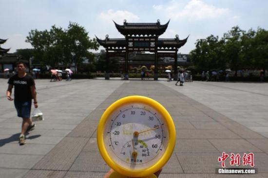 7月23日,南京户外高温逼人,用温度计测量的中午实时温度超过40摄氏度。泱波 摄