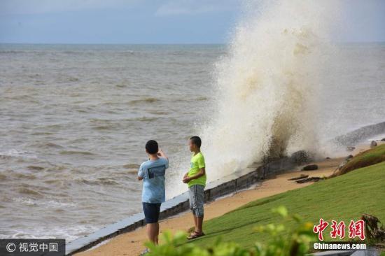 2017年7月23日,海南琼海,博鳌海滨乌云翻滚大雨阵阵巨浪滔天。图片来源:视觉中国
