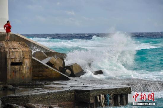 受台风桑卡影响,23日西沙、中沙群岛附近海面,西到西南风7-8级,阵风9级,三沙永兴岛附近海面掀起层层巨浪,拍打岸边。 <a target='_blank' href='http://www.chinanews.com/'>中新社</a>记者 骆云飞 摄