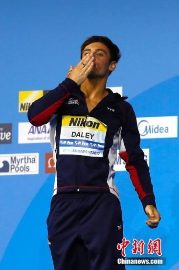 当地时间7月22日,2017国际泳联世锦赛跳水男子10米台决赛在布达佩斯举行,英国名将戴利以590.95分夺得冠军。