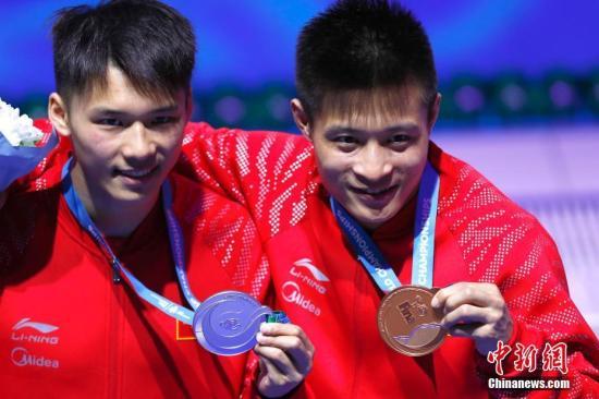 2017游泳世锦赛,中国选手陈艾森、杨健分别摘得男子10米台银、铜牌。中新社记者 富田 摄