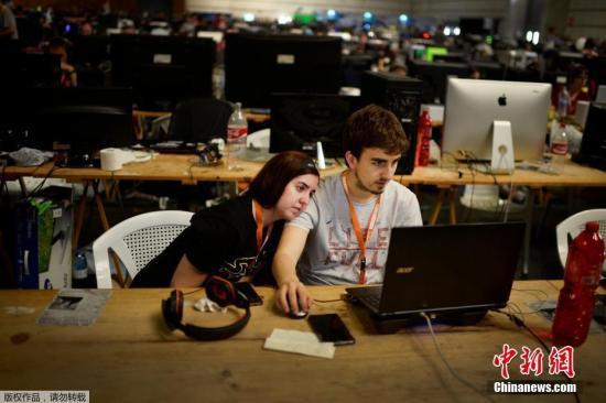 当地时间2017年7月23日,西班牙毕尔巴鄂,第25届Euskal Encounter线下大赛在毕尔巴鄂会展中心举办,超过5000台电脑通过本地高速互联网连接。 Euskal Encounter 是全球评价最高的LAN Party赛事之一,最开始是由一群程序员创办的一个小型Party,其目的是藉此分享和展示他们的才华,包括数字音乐,数码艺术,源代码等等,后来,这项活动也开始加入线下游戏比赛的元素,随着游戏玩家的不断增加,游戏比赛的部分也慢慢成为了整个活动的重头。
