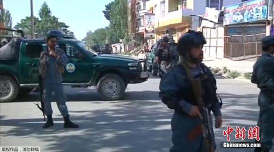 安全人员检查汽车炸弹袭击现场。