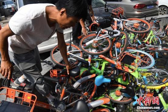 """资料图:共享单车被丢弃成堆,小区""""池满为患""""。武俊杰 摄"""