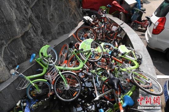 资料图:山西太原一小区内10余平方米的水池里被堆放了约70辆共享单车。武俊杰 摄