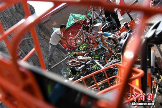 资料图:工作人员解救单车。武俊杰 摄