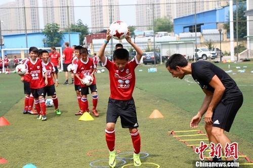 资料图:中国青少年足球运动员。 中新社记者 胡耀杰 摄