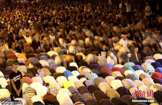 圣殿山既是犹太教也是伊斯兰教圣地,内有阿克萨清真寺,是伊斯兰教第三大圣地。图为巴勒斯坦民众在圣殿山入口处做祷告。