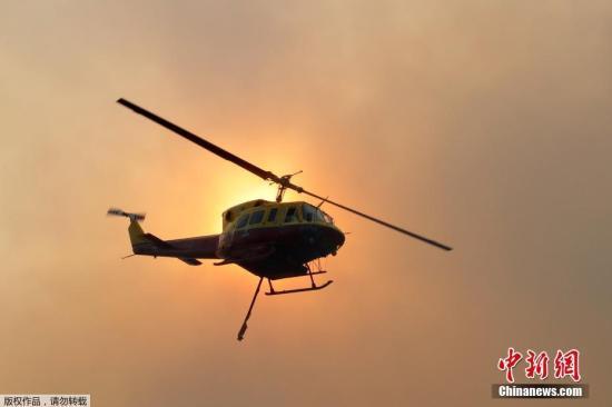 一架直升机参与灭火。